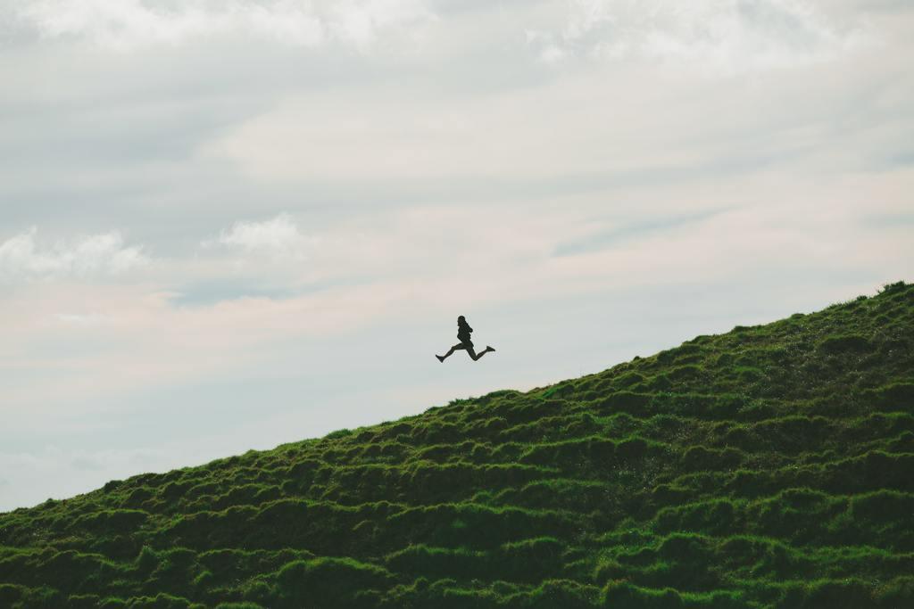 우울증 극복 - 점프하는 사람