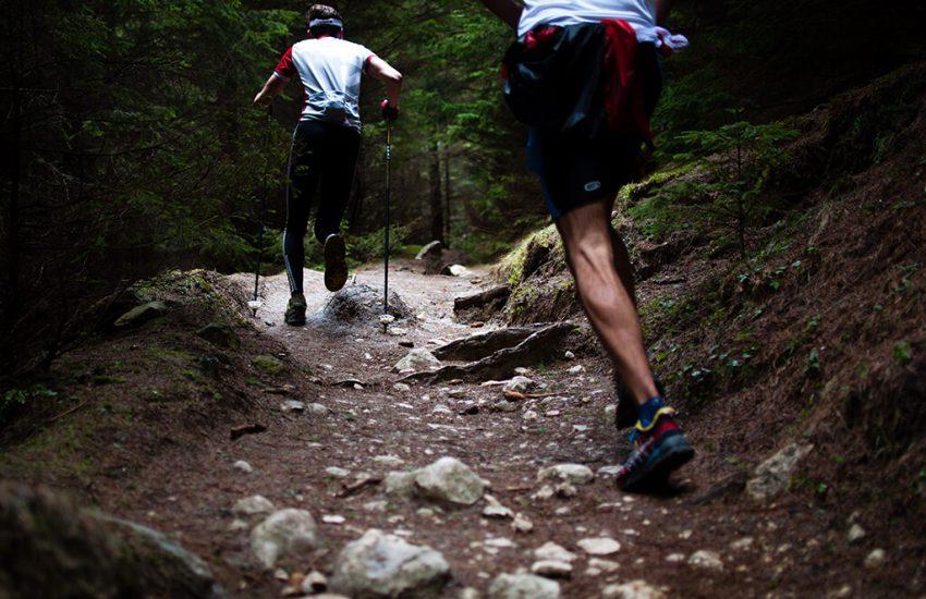 무릎 통증 - 등산하는 건강한 두 사람